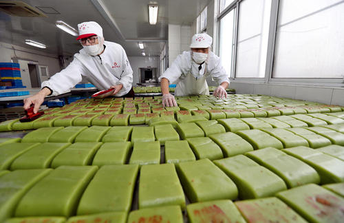 یک کارخانه تولید کیک برنجی در چین/ شینهوا