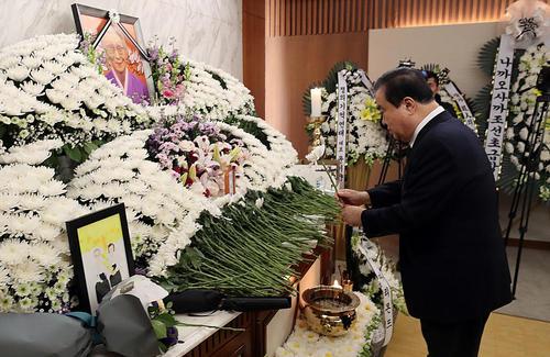 ادای احترام رییس مجلس کره جنوبی به یکی از قربانیان