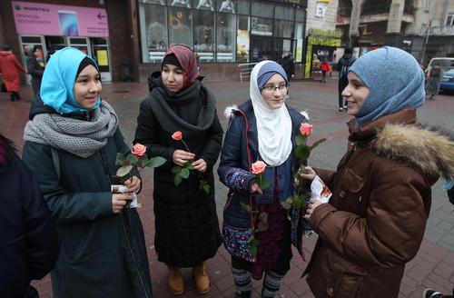 اهدای گل از سوی زنان مسلمان و محجبه اوکراینی به زنان در روز جهانی حجاب در شهر کییف. از سال 2013 روز 1 فوریه به عنوان روز جهانی حجاب از سوی زنان محجبه و مسلمان گرامی داشته میشود./ زوما