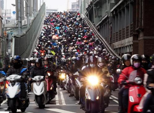 ازدحام موتورسواران در شهر تایپه تایوان/ EPA