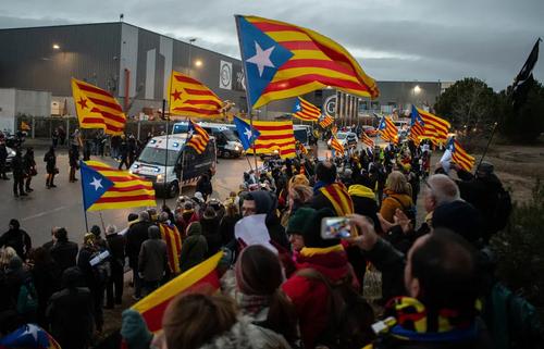 استقبال جداییطلبان منطقه کاتالان اسپانیا از کاروان حامل رهبر جداییطلبان که به دلیل تغییر محل زندان در حال انتقال به زندانی جدید است. رهبر جداییطلبان کاتالونیا اسپانیا در پی برگزاری همهپرسی جدایی از اسپانیا – در سال 2017- به همراه گروه دیگری از رهبران جداییطلبان ، بازداشت و زندانی شد./ بارسلونا