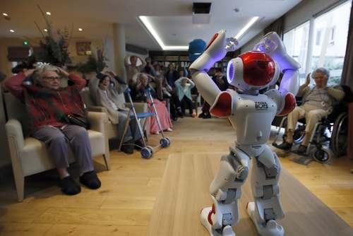 روبات تمرین دهنده ورزشی به سالمندان در یک مرکز سالمندان در پاریس/ آسوشیتدپرس