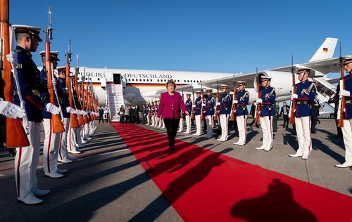 مراسم استقبال رسمی از صدراعظم آلمان در فرودگاه بینالمللی توکیو/ خبرگزاری آلمان