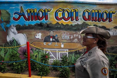 نقاشی دیواری از تصویر چاوز در کاراکاس. دیروز طرفداران حکومت ونزوئلا سالگرد شکست کودتای آمریکایی بر ضد چاوز را برگزار کردند.