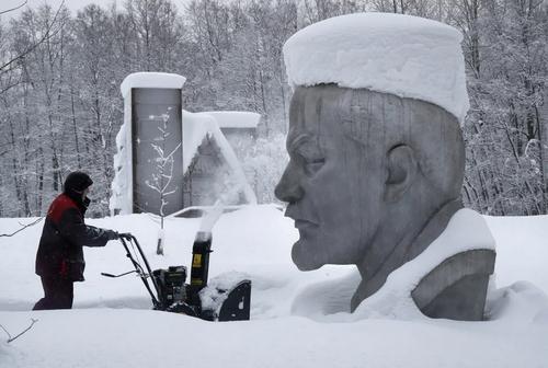 پاک کردن برف از روی مجسمه