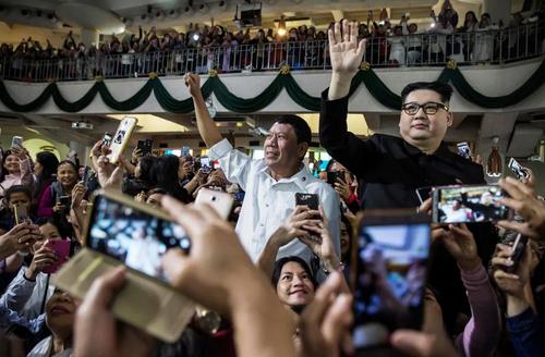 حضور بَدَلهای شبیه به رهبر کره شمالی و رییس جمهوری فیلیپین در کلیسایی در هنگکنگ/ خبرگزاری فرانسه