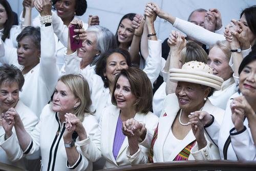 نمایندگان زن حزب دموکرات در کنگره آمریکا درز اقدامی نمادین تصمیم گرفتند در جلسه سخنرانی سالانه امسال ترامپ به نشانه همبستگی زنان لباس سفید بپوشند. عکس یادگاری این نمایندهها از زاویه لنز دوربین