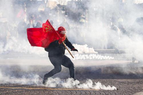 استفاده پلیس فرانسه از گاز اشکآور برای متفرق کردن تظاهرات ضد دولتی دیروز – سهشنبه- در مرکز شهر پاریس/ زوما وEPA