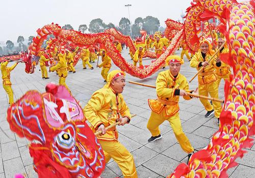 اجرای رقص سنتی اژدها در نخستین روز از سال نو چینی در پارکی در شهر