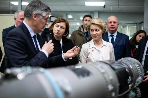 بازدید مشترک وزرای دفاع آلمان و فرانسه (دو زن مرکز تصویر) از کارخانه تولید موتور هواپیمای جنگی در حومه شهر پاریس. فرانسه و آلمان در نظر دارند یک هواپیمای مشترک و مدرن جنگی تولید کنند./ خبرگزاری آلمان