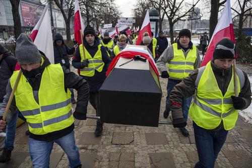 تظاهرات کشاورزان معترض لهستانی در مقابل ساختمان پارلمان لهستان در شهر ورشو
