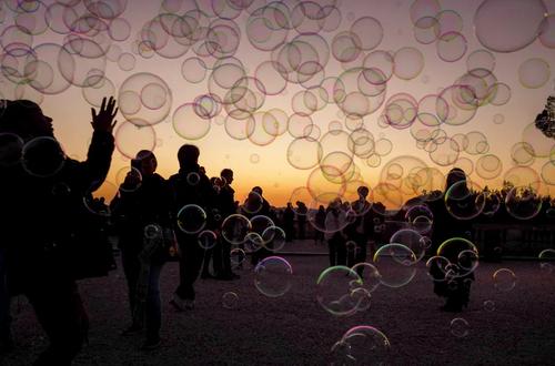 بازی گردشگران با حبابهای صابون در تفرجگاهی در شهر رم ایتالیا/ گتی ایمجز