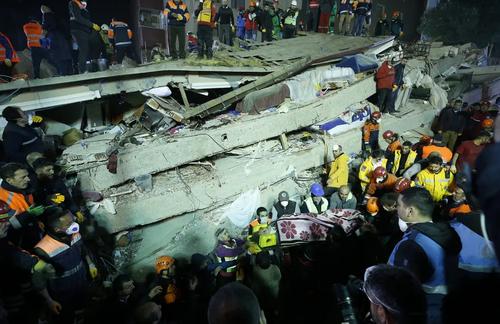 ریزش یک ساختمان 8 طبقه در استانبول ترکیه. این ساختمان 14 واحد داشت و 43 نفر در آن زندگی میکردند. در این حادثه دستکم 2 نفر کشته شدند./ آسوشیتدپرس