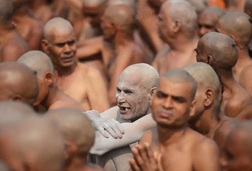 تازه راهبان هندو در جریان یک جشنواره آیینی در حاشیه رود گنگ نشستهاند. /شهر اللهآباد هندوستان/ خبرگزاری فرانسه