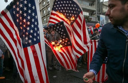 آتش زدن پرچم ایالات متحده آمریکا در تظاهرات سراسری 22 بهمن در تهران / عکس: مقداد مددی خبرگزاری تسنیم/ بازنشر در رویترز