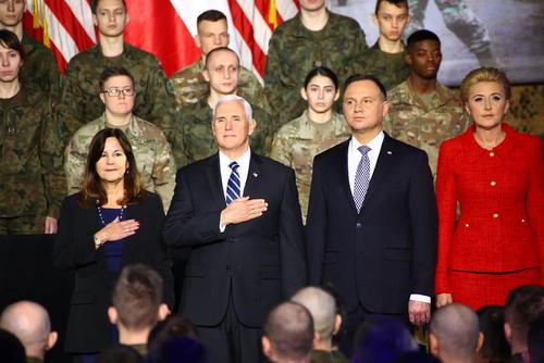 رییس جمهوری لهستان و همسرش در استقبال از معاون رییس جمهوری آمریکا و همسرش در پایگاه نظامیان آمریکایی در ورشو/ پاسیفیک پرس