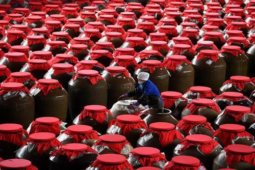 کارگاه تولید یک نوع سس سنتی گوجه فرنگی در چین/ شینهوا