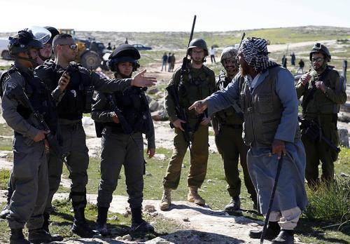 مجادله مرد فلسطینی با سربازان اسراییلی که ناظر بر تخریب یک شبکه آبرسانی فلسطینیها در کرانه باختری رود اردن هستند./APA