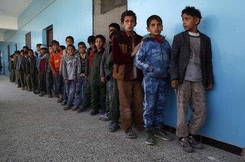 صف دانشآموزان یمنی برای دریافت صبحانه در مدرسهای در شهر صنعا/ شینهوا