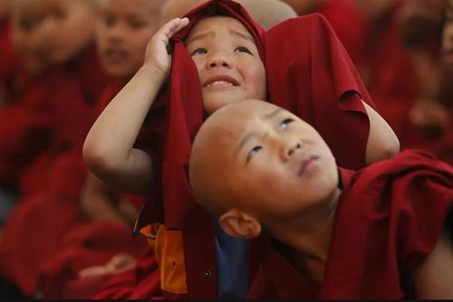 راهبان کودک و نوجوان در معبدی در شهر کاتماندو نپال/ آسوشیتدپرس