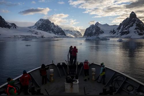 عبور کشتی گروهی از محققان ترکیهای از کانالی در قطب جنوب/ خبرگزاری آناتولی
