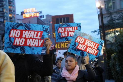 تظاهرات مخالفان ترامپ در مقابل هتل بینالمللی ترامپ در نیویورک در اعتراض به اعلام وضعیت اضطراری ملی از سوی ترامپ برای گرفتن بودجه ساخت دیوار مرزی با مکزیک.