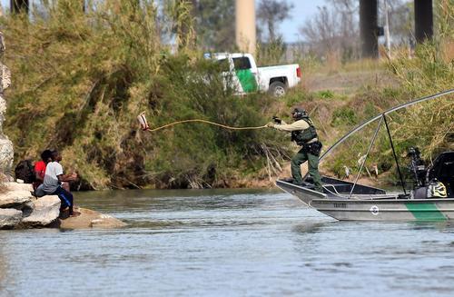 نیروهای مرزبانی ایالات متحده آمریکا در حال نجات گروهی از مهاجران غیرقانونی آمریکای مرکزی در رودخانه مرزی آمریکا و مکزیک