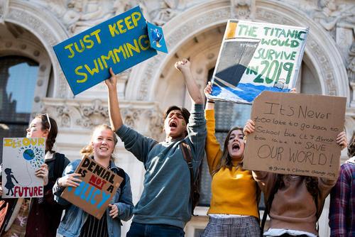 تظاهرات گروهی از دانش آموزان بریتانیایی در اعتراض به کم کاری دولت ها در مقابله با پیامدهای تغییرات اقلیمی/ لندن