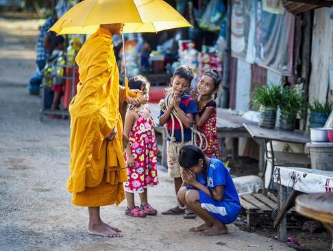 احترام کودکان کامبوجی به راهبان بودایی در یک اردوگاه آوارگان در کشور کامبوج