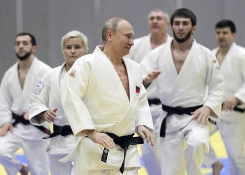 تصاویر پوتین در حال مسابقه جودو و هاکی روی یخ در شهر بندری سوچی روسیه و پس از بدرقه روسای جمهوری ایران و ترکیه