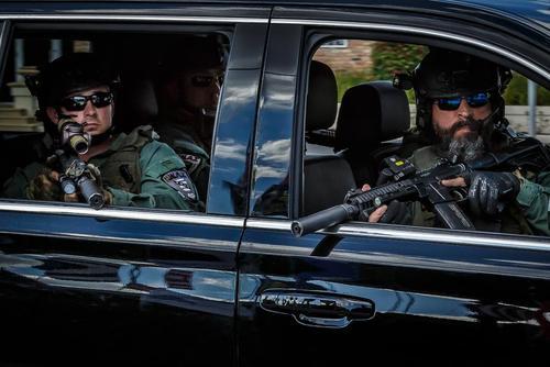 تیم امنیتی محافظ دونالد ترامپ در سفر او به باشگاه گلفش در منطقه