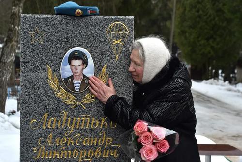مادر بلاروسی بر سر مزار فرزندش که در جنگ افغانستان کشته شده است. سیامین سالگرد پایان اشغال افغانستان از سوی ارتش شوروی سابق/ مینسک/ خبرگزاری فرانسه