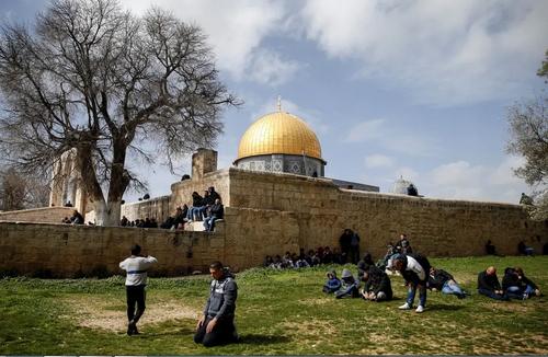 اقامه نماز جمعه از سوی فلسطینیها در نزدیکترین فاصله به مسجدالاقصی در شهر قدس/ خبرگزاری آناتولی