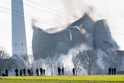 تخریب برج خنک کننده نیروگاهی در آلمان