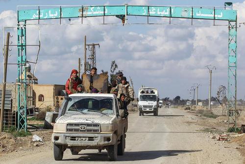شبه نظامیان کرد تحت حمایت آمریکا در روستایی در استان دیرالزور در شرق سوریه/ خبرگزاری آلمان و رویترز