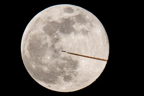 پرواز یک هواپیمای مسافربری از مقابل پدیده ماه کامل در