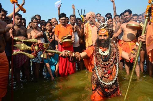 آبتنی در رود گنگ در جشنواره آیینی هندوها در اللهآباد هند