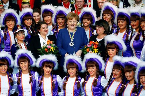 عکس یادگاری آنگلا مرکل با اعضای جامعه کارناوالهای آلمان/ رویترز