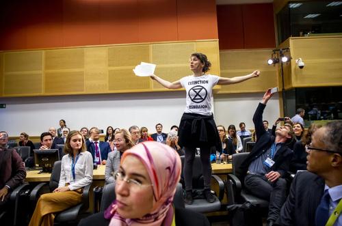 اعتراض یک فعال محیط زیست در کنفرانس بررسی تغییرات اقلیمی در بروکسل