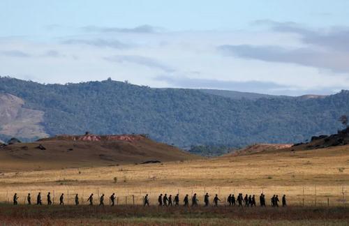 سربازان ارتش ونزوئلا در مرز با برزیل. مرز ونزوئلا با کلمبیا و برزیل به دستور نیکولاس مادورو رییس جمهوری ونزوئلا مسدود شده است./ رویترز
