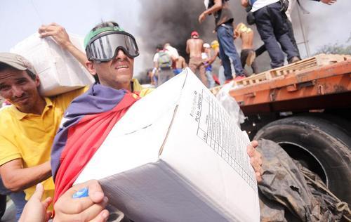تخلیه محموله کمکی خارجی به ونزوئلا از سوی مخالفان دولت روی پل مرزی ونزوئلا با کلمبیا