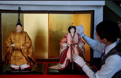 رونمایی از عروسکهای امپراتور و ملکه آتی ژاپن در توکیو. امپراتور
