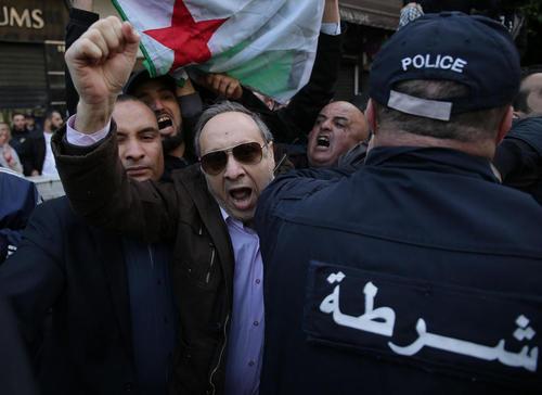 تظاهرات احزاب مخالف الجزایری در اعتراض به تصمیم