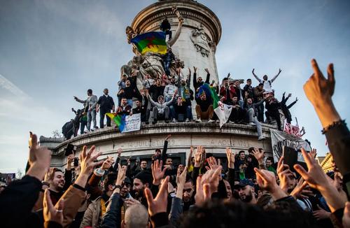 تظاهرات الجزایریهای مقیم پاریس در اعتراض به تصمیم