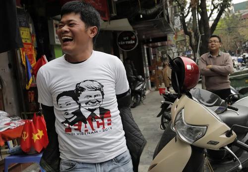 پوشیدن تیشرت منقوش به تصاویر رهبران ایالات متحده آمریکا و کره شمالی از سوی یک شهروند ویتنامی در شهر