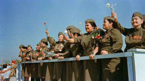 سربازان زن شوروی در حال خروج از افغانستان