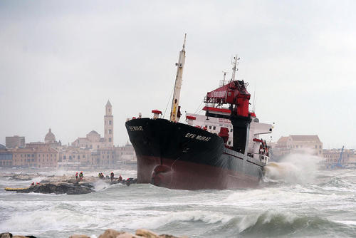 یک کشتی ترکیهای در توفان و در ساحل