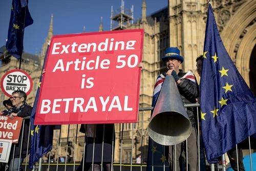 تجمع مخالفان و موافقان خروج بریتانیا از اتحجادیه اروپا در مقابل پارلمان بریتانیا در لندن