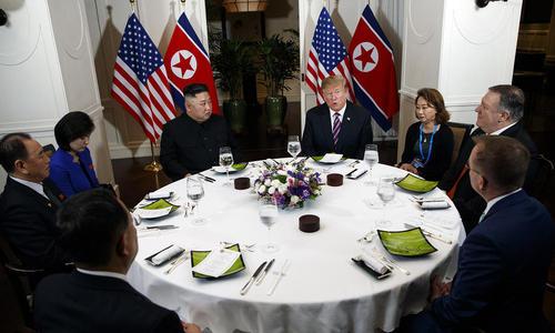 میز شام مشترک رهبران آمریکا و کره شمالی در پایان نخستین روز از دیدار دوجانبه آنها در شهر هانوی ویتنام/ خبرگزاری یونهاپ