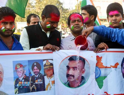 ریختن شیر روی تصویر خلبان آزاد شده هندی از سوی هندیهای شادمان در شهر